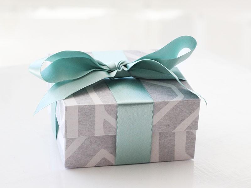 Giftbox-Grey-African-blue-ribbon-01